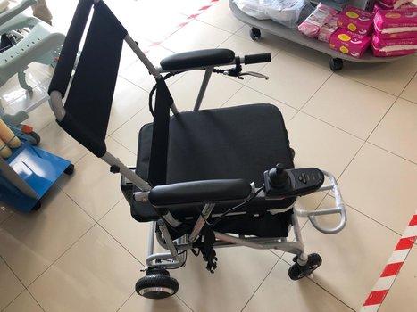 Silla de ruedas plegable con motor